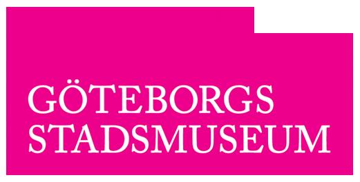 Göteborgs stadsmuseums logga består av en rosa silhuett av Stadsmuseet. Inuti silhuetten står det Göteborgs stadsmuseum med vita bokstäver.