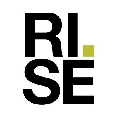 Loggan till RISE är fördelad på två rader. Först står det RI, följt av en grön punkt. Under dessa bokstäver står det S och E. Tillsammans bildar RISE en kub.