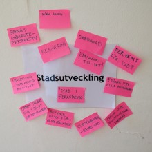 Bild på rosa postitlappar och ordet stadsutveckling