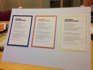Bild på tre olika grafiska versioner av samma text. Den till vänster har en mörk ram, den i mitten har en orange ram och text och den till höger har mörk text men gul ram.