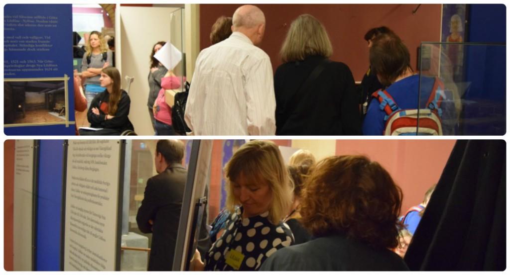 På bild ett är det två grupper i två olika rum som bland annat undersöker montrar och ett stort bord som kommer innehålla gamla brev och verktyg. Det är 10 personer på bilden. Väggarna är röda och blå. På bild två är det väggar som behöver flyttas för att alla ska kunna komma fram. Det hänger texter på vita tavlor, Hanna står med ryggen mot kameran och Lilian bär en flyttbar vägg.