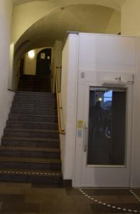 Hissen och trappan bakom receptionen till våning ett. Det är en hiss som bara går 2 meter upp.