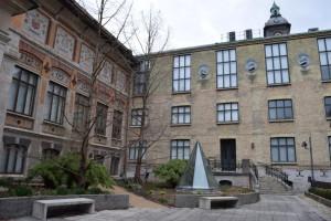På bilden ser man gården på stadsmuseet. Det är höga väggar runt den med flera meter höga fönster. I mitten ser man en stor glaspyramid som fungerar som ett fönster.
