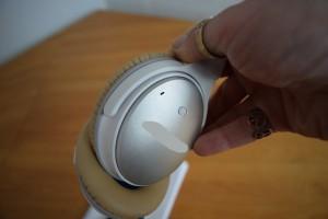 På bilden ser man ett par brusreducerande hörlurar.Brusreducerande hörlurar kan vara väldigt hjälpsamma för att stänga av ljud ibland.
