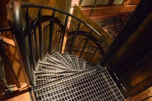 """En svart spiraltrappa i utställningen """"Vikingar""""."""