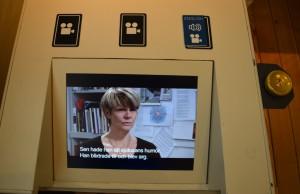 På bilden ser man en tv-skärm där man lägger kort ovanför för att se och lyssna på videon.