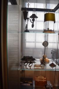 En monter med glas runt, däri står saker från 1800-talet, bla en lampa. Det finns text till sakerna men inga nummer kopplade, så man får chansa vilken sak som tillhör vilken text.