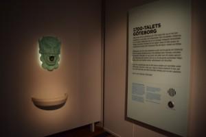 """Ingången till 1700-talet är inbjudande men lejonet """"kissar"""" hela tiden, så det gör det svårt att koncentrera sig. På bilden ser man ett grönt lejonhuvud och en text som man kan få att prata."""