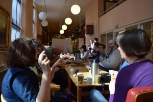 Diskussion och sammanfattning efter workshopen. Det är minst 15 personer på bilden. Vi sitter i biblioteket.