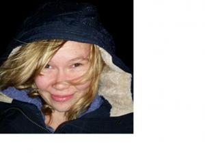 Jag heter Frida Bergström. Jag har en cp-skada som gör mig försvagad i höger sida och epilepsi.Trots det vägrar jag ge upp, jag säger inte att jag inte kan förrän jag har provat, och jag lever livet.Jag bor i Viskafors utanför Borås. Jag ser mig själv som Göteborgare eftersom jag är mer i Göteborgän Borås. En dag kommer jag flytta till Göteborg om jag känner mig själv rätt. På bilden ser man Frida, hon har blont, långt hår och blå huvtröja på sig.