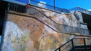 På bilden ser man flera trappor på väg upp till en bro, utan ramp eller hiss. Så här var det ibland: bara trappor till olika byggnader och höjder i staden.