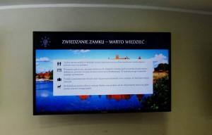 På bilden ser man en digital skylt inne på slottet med information. Som vanligt var texten bara på polska.