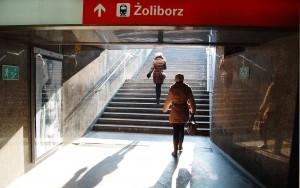 På bilden ser man en trappa under marken, med två personer som går uppför. Tunnlarna under staden där det var lätt att gå vilse, om man nu kom ner överhuvudtaget, eftersom det ofta inte fanns hiss eller ledmarkeringar.