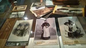 Bilden visar svartvita fotografier på människor under 1800-talet. Det finns ingen information om dem.