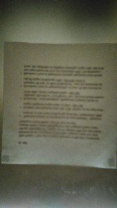Svart suddig text på grått papper, med dåligt ljus - nästintill oläsligt.